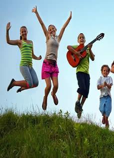 niños se divierten en verano