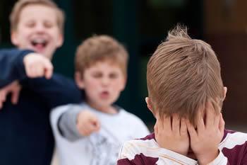 niño siendo acosado en el colegio