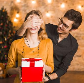 pareja junta en navidad